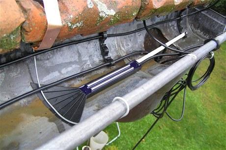 Připraví se uchycení, do něj se nacvaká kabel. Do okapů i svodů se připevňují ve dvou řadách