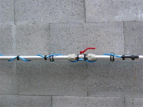 Potrubí omotáte hliníkovou páskou, na ni přichytíte kabel, nakonec vše obalíte tepelnou izolací. Některé typy lze dát přímo do potrubí.