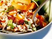 Rýžový salát s rozinkami.