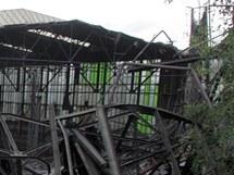 Zničená hala v areálu Poldi.