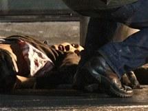 Ruští vyšetřovatelé po útoku na moskevském letišti Domodědovo ohledávají mrtvolu (24. ledna 2011)