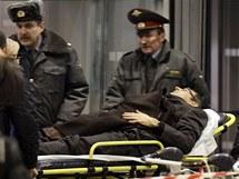 Záchranáři odvážejí zraněné z moskevského letiště Domodědovo (24. ledna 2011)