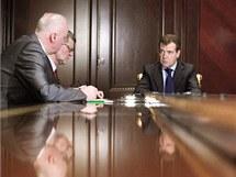 Ruský prezident Dmitrij Medveděv (uprostřed) při jednání krizového štábu k výbuchu na moskevském letišti Domodědovo. (24. ledna 2011)