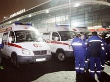 Sanitky odvezly z moskevského letiště Domodědovo přes 130 zraněných lidí. (24. ledna 2011)