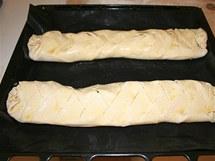 Hotové záviny položte na plech, nejlépe vyložený pečicí fólií, a potřete rozšlehaným žloutkem