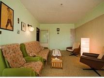 Úzký a dlouhý obývák pokrýval celoplošný koberec
