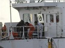 Jihokorejští vojáci na tankeru Samho Jewelry zahraňují unesenou posádku (21. ledna 2010)