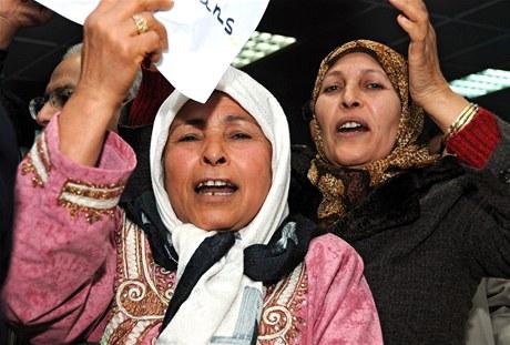 Tuniské ženy na letišti vítají šéfa islamistické opozice Rašída Ghannúšího (30. ledna 2010)