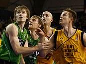 David Jelínek (třetí zleva) z Joventutu Badalona bojuje pod košem s přesilou hráčů z Gran Canarie.