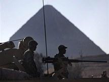 Egyptští vojáci střeží i pyramidy v Gíze (31. ledna 2010)