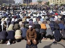 V centru Káhiry se při demonstracích modlí tisíce lidí (31. ledna 2011)