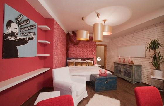 Pokoj zařídili designéři ve stylu, který s nadsázkou označili jako etno-street