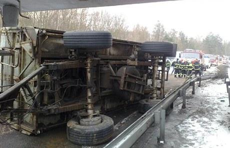 Obrázek převráceného kamiónu u Zbraslavi z www.idnes.cz