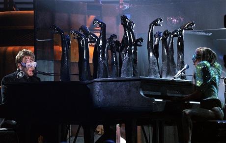 Lady Gaga a Elton John spole�n� vystoupili na p�ed�v�n� cen Grammy 2010