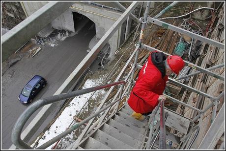 Sestupujeme do stavební jámy na Letné do tunelu směr Stromovka.