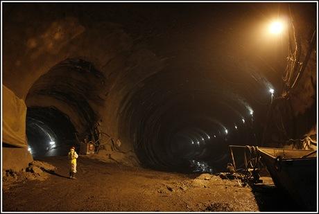 Tunel Blanka - Neupravený tunel směrem k Letné. Vlevo budoucí větrací šachta, která vede do momentálně největší umělé jeskyně v Praze, do sálu na vzduchotechniku.