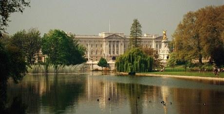 Část zahrad u Buckinghamského paláce v Londýně