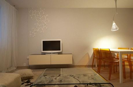 Plastové ozdoby na zdi jsou jednou z možností, jak oživit hladkou stěnu