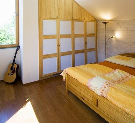 Ložnice jsou vybaveny atypickými vestavěnými skříněmi vyrobenými na míru. Zdroj: www.mujdum.cz