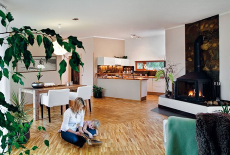 Největší místností domu je obývací pokoj s kuchyňským a jídelním koutem. V interiéru převládají světlé tóny a přírodní materiály, na podlaze je dřevěná olejovaná průmyslová mozaika