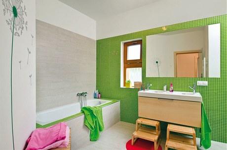 Dětskou koupelnu rozsvítily svěží barvy i báječné samolepky na zeď