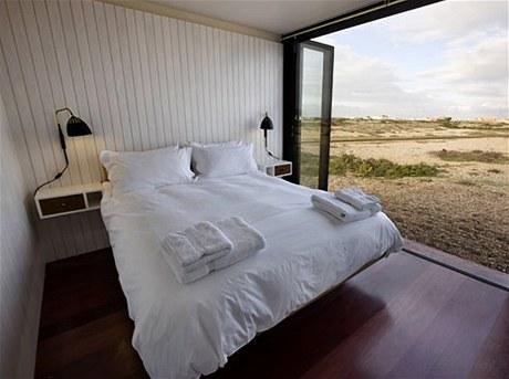 Interiér šindelového domu je obložený zářivě bílými dřevěnými latěmi