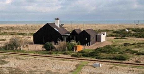 Šindelový dům na oblázkové pláži tvoří tři objekty a dva malé přístřešky