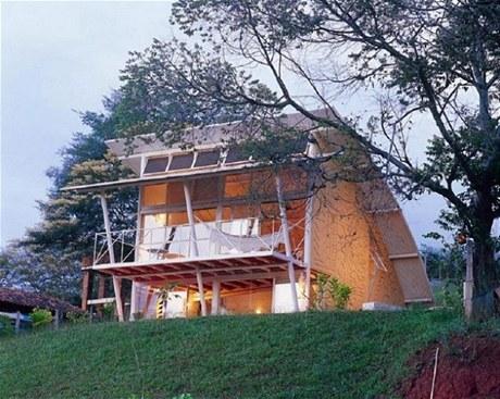 Vyklenutou střechu, rozměrné markýzy, vnitřní zábradlí a podkroví podpírají vysloužilé staré trubky z kanalizačního potrubí
