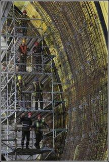 Tunel Blanka - dělníci připravují armatury pro nalití definitivního obezdění.