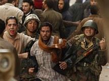 Odpůrci egyptského prezidenta Husního Mubaraka předávají vojákům muže podezřelého ze spolupráce s režimem (3. února 2011)