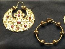 Vzácné předměty ze zlatého pokladu, který obohatil ostravskou výstavu.