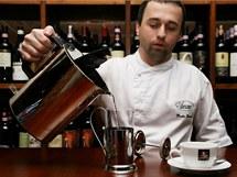 Vodou zahřátou na 100 stupňů Celsia zalévejte jen černý čaj. Pro zelený a bílý by měla mít jen osmdesát stupňů