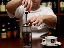 Na výluh potřebuje černý čaj 3 až 5 minut, zelenému a bílému stačí 3 minuty. Po delší době už se z čaje začnou uvolňovat třísloviny a hořkne