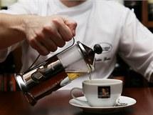 Když používáte porcovaný čaj, vyndejte sáček po vyluhování z konvice a pak čaj nalévejte. Z teaterie můžete čaj nalévat postupně, ze stlačených lístků se žádné nežádoucí látky neuvolní