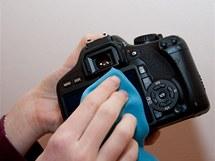 Volitelné: displej můžete ochránit speciální fólií. Ochrana displeje nemá žádný vliv na fotky, ale může ochránit zrcadlovku před oděrkami a zvýšit tak její cenu při prodeji