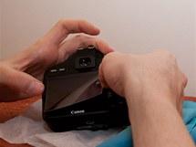 Volitelné: displej můžete ochránit speciální fólií. Ochrana displeje nemá žádný vliv na fotky, ale může ochránit zrcadlovku před oděrkami a zvýšit tak její cenu při případném prodeji