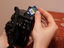 Paměťovou kartu zformátujte ve fotoaparátu hned před prvním použitím