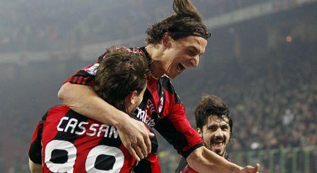 SPOLEČNÁ OSLAVA. Antonio Cassano (vlevo) z AC Milán se raduje z branky se spoluhráči Ibrahimovicem (uprostřed) a Gattusem.