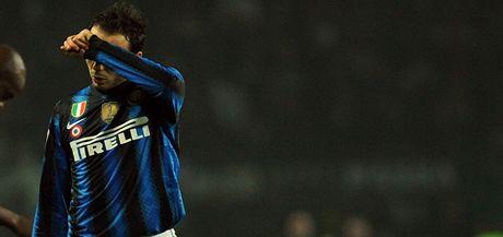 ZDRCENÝ ŠAMPION. Mistrovský Inter Milán v italské lize ztrácí. Po porážce opouští hřiště smutný Giampaolo Pazzini.