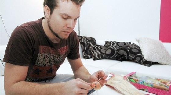 Marek Tesař při rekonstrukci vlasů