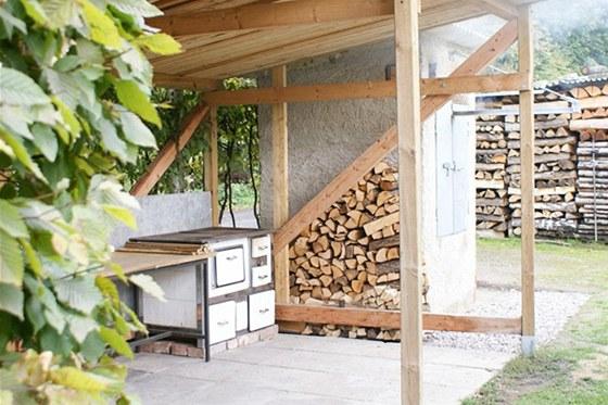 Originální venkovní kuchyň se sporákem po babičce a pořádnou udírnou je doménou pána domu