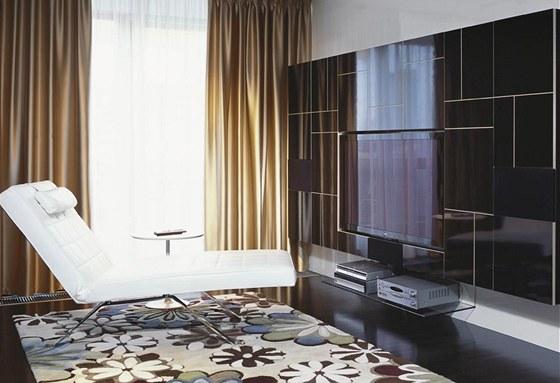Koberec s květinovým vzorem byl architektům ze studia Hotový interiér inspirací při dekorování, stejný motiv použili na zeď