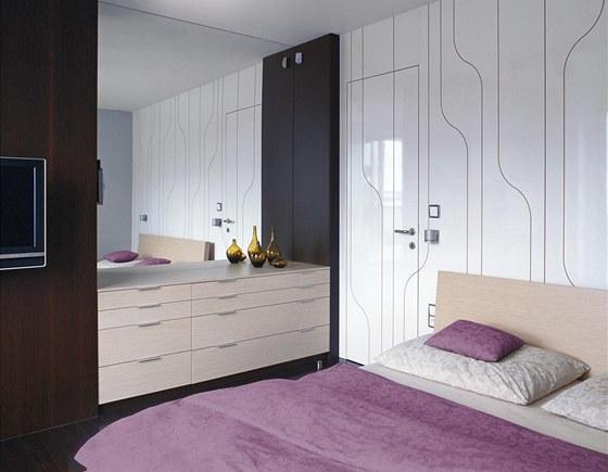 Dekorace frézovaná do obkladu stěn a dveří je jedním z nejoriginálnějších prvků v bytě. Majitelé si velmi cení její sjednocovací funkce