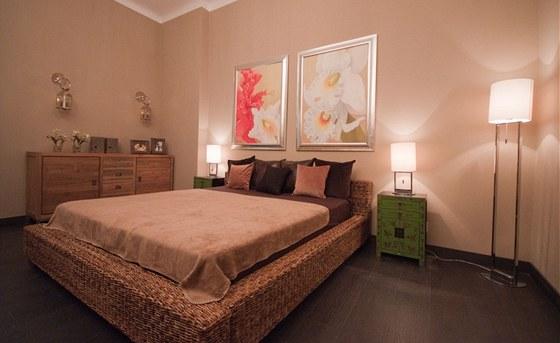 Nové ložnici dominují dva obrazy nad velkým lůžkem