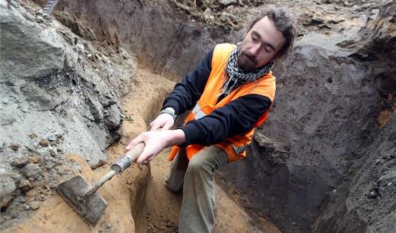 Archeologové při průzkumu pravěkého sídliště ve Zlíně-Malenovicích.