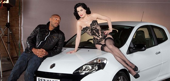Thierry Henry a Dita Von Teese v reklam� na Renault