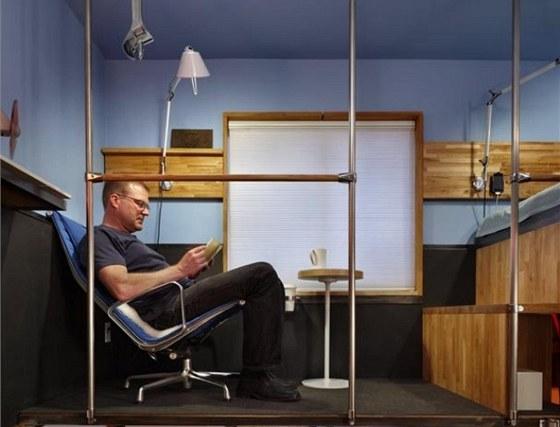 Když Steva omrzí televize, může si sednout s knihou ke svému jedinému oknu. Když stojí, má 188 centimetrů vysoký muž nad hlavou ještě pět centimetrů prostoru