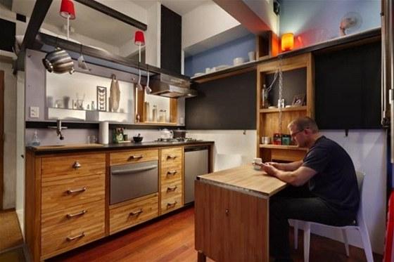 Za kuchyňskou linkou je koupelna, mezi nimi jsou dvě niky s pískovaným sklem. Prosvítající předměty jsou zajímavou dekorací