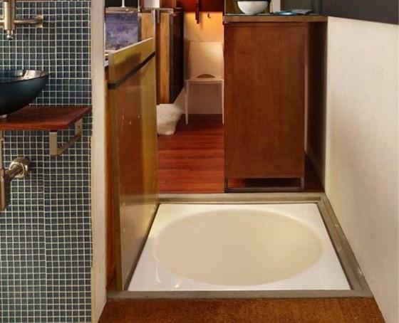 Pod podlahou hned za vstupními dveřmi se ukrývá japonská kruhová vana. do které si lze pohodlně sednout