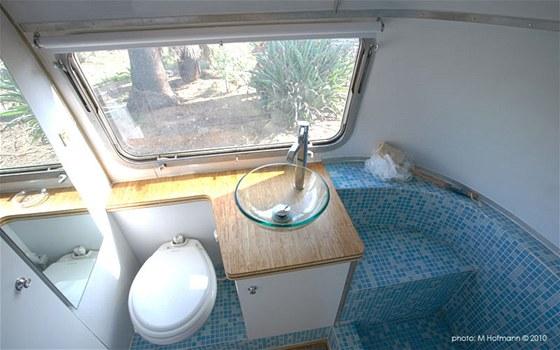 Karavan má velmi pěknou koupelnu s perfektním sprchovým koutem